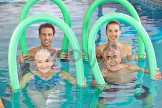 Gruppe mit Senioren beim Aquafitness