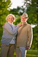 Paar Senioren mit Apfel im Garten