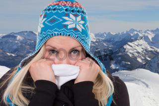 Portrait einer jungen Frau im Winter bei Kälte in den Bergen