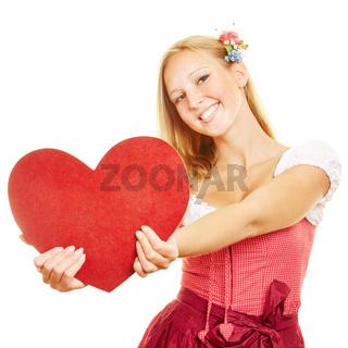 Frau hält großes rotes Herz