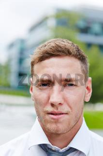 Portrait von einem ernsten jungen Geschäftsmann
