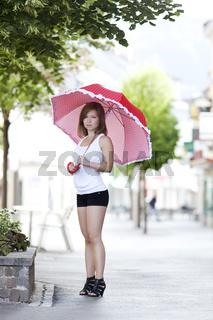 Junge Frau mit Schirm