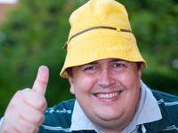 Dicker Mann mit gelbem Sonnenhut