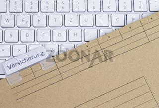 Tastatur und Aktenmappe Versicherung