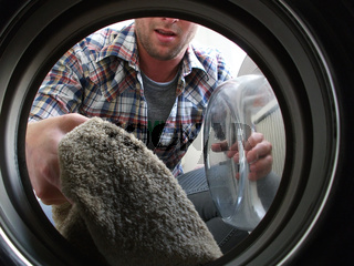 Mann wäscht