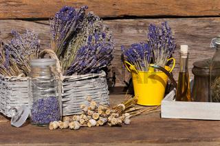 Getrockneter Lavendel, Mohnkapseln und Öl