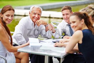 Senior Chef macht Planung mit Business Team