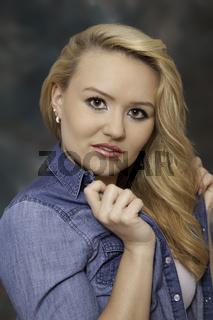 Portrait einer jungen blonden Frau im Jeanshemd