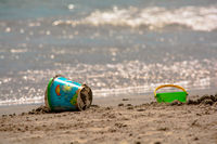 Spielzeugeimer am Strand