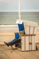 Rentner genießt den Tag im Strandkorb