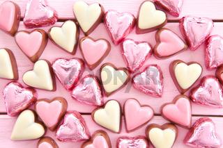 Bunte Pralinen in Herzform