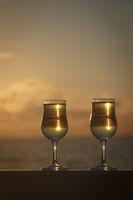 Zwei Gläser Weißwein im Sonnenuntergang