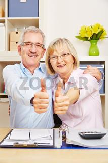 Paar Senioren hält zusammen die Daumen hoch