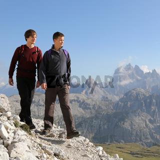 Junge Männer wandern in den Bergen