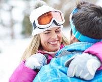 Glückliches Paar im Winterurlaub