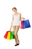 glückliche junge frau beim einkaufen