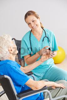 Untersuchung vom Blutbild bei einer Seniorin