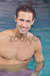 Muskulöser Mann im Schwimmbad