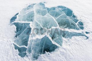 Spruenge im Eis, Akkajaure, Lappland