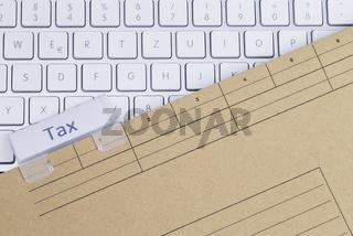 Tastatur und Aktenmappe Steuer