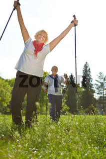 Aktive Senioren wandern im Urlaub