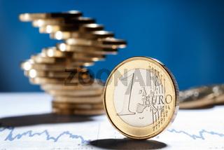 Euro Münze und ein Stapel Münzen