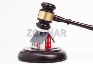 Richterhammer und Haus