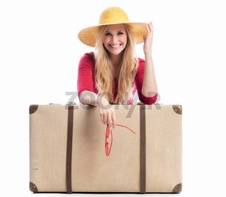 frau mit koffer und sonnenbrille