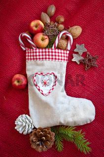 Weihnachtsstiefel gefuellt mit Nuessen und Aepfeln