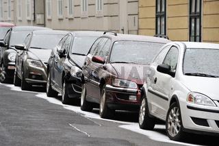 verschneite Autos in Wien