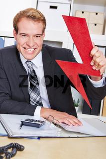 Geschäftsmann hält roten Blitz im Büro