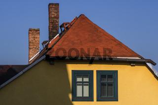 Haus mit altem Walmdach