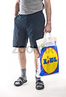Mann mit Plastiktüte von Lidl