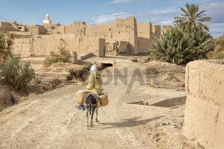 Marokkanisches Dorf mit Straße und Esel