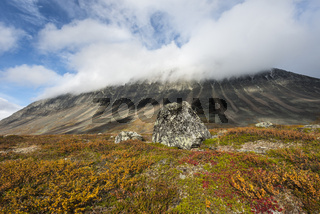 der Berg Liddubakti in Wolken, Kebnekaisefjaell, Lappland, Schweden