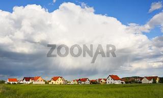 Dichte Regenwolken über dem Dorf