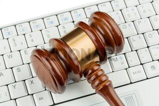 Richterhammer auf Tastatur