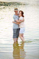 Paar steht mit den Füßen im Wasser
