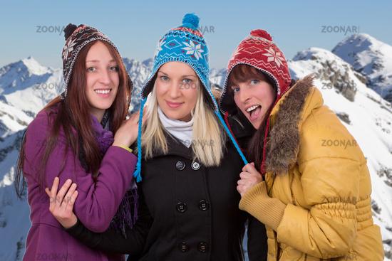 Gruppe von jungen Frauen in den Bergen im Winter