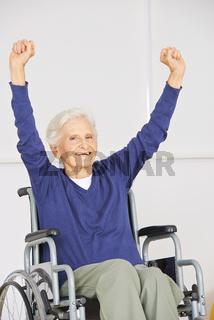 Alte Frau im Rollstuhl jubelt