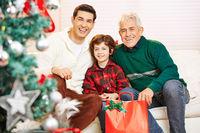 Vater und Sohn mit Großvater an Weihnachten