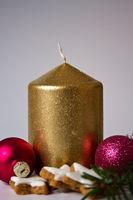 goldene Kerze und Kekse