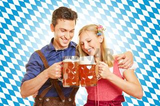 Paar trinkt Bier zum Oktoberfest in Bayern