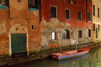 Venedig - Haus am Kanal mit Boot in der Nacht