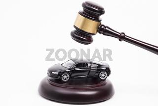 Richterhammer und Auto