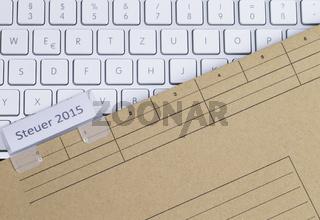 Tastatur und Aktenmappe Steuer 2015