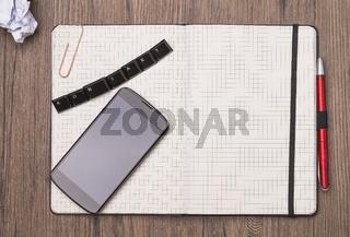 Notizbuch auf Holztisch