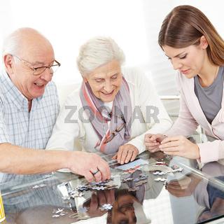 Paar Senioren beim Puzzle spielen