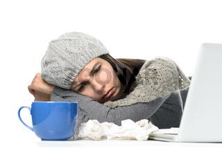 Frau mit Erkältung im Büro