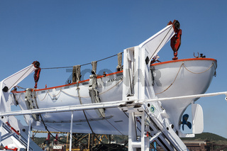 Rettungsboot auf einer Autofähre in Italien